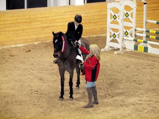 Karīna ar zirgu Laviņš apbalvošanā
