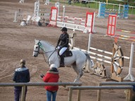 Linda Sudare ar zirgu Casmir Hom