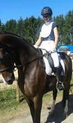 Sintija Ģīle ar zirgu Diona Haleja.