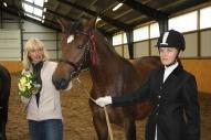 Agnese un Dina ar zirgu Gundega Latvijas braucamās šķirnes zirgu skatē. 1. vieta