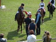 Helēnu Laizāni un Zuzi sveic kā 2. vietas ieguvēju poniju sekcijas vadītāja Mārīte Pinte un tiesneši